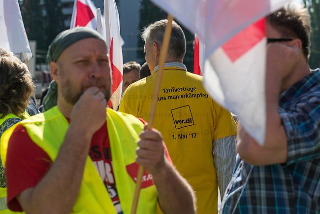 Verdi-Aktion zu Tarifverhandlung mit der BVG.<br /> Am Mittwoch den 17. Mai 2017 rief die Gewerkschaft ver.di die Mitarbeiter der Berliner Verkehsbetriebe (BVG) zu einer&bdquo;Aktiven Fruehstueckspause&ldquo; vor der Hauptverwaltung auf.<br /> In den laufenden Tarifverhandlungen zwischen ver.di und dem Kommunalen Arbeitgeberverband Berlin (KAV) fordert die Gewerkschaft eine Erhoehung, die deutlich ueber den 2,5 Prozent liegt, was der KAV ablehnt. Die erste Verhandlungsrunde am 10. Mai wurde ohne Ergebnis und ohne einen neuen Verhandlungstermin beendet.<br /> 17.5.2017, Berlin<br /> Copyright: Christian-Ditsch.de<br /> [Inhaltsveraendernde Manipulation des Fotos nur nach ausdruecklicher Genehmigung des Fotografen. Vereinbarungen ueber Abtretung von Persoenlichkeitsrechten/Model Release der abgebildeten Person/Personen liegen nicht vor. NO MODEL RELEASE! Nur fuer Redaktionelle Zwecke. Don't publish without copyright Christian-Ditsch.de, Veroeffentlichung nur mit Fotografennennung, sowie gegen Honorar, MwSt. und Beleg. Konto: I N G - D i B a, IBAN DE58500105175400192269, BIC INGDDEFFXXX, Kontakt: post@christian-ditsch.de<br /> Bei der Bearbeitung der Dateiinformationen darf die Urheberkennzeichnung in den EXIF- und  IPTC-Daten nicht entfernt werden, diese sind in digitalen Medien nach &sect;95c UrhG rechtlich geschuetzt. Der Urhebervermerk wird gemaess &sect;13 UrhG verlangt.]