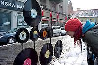 Des vinyles de la « Yougoton »  sont disposés autour de la place. Un côté vintage pour une jeune femme élevée dans le culte de Woodstock. Le quartier lui ressemble.