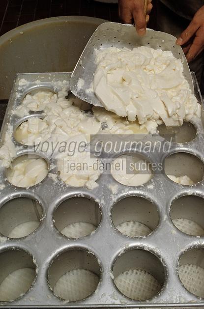 Europe/France/Bourgogne/21/Côte d'Or/Epoisses: Fromagerie Berthault - Démoulage du fromage à la main