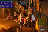 CURITIBA, PR, 03.06.2014 -PROTESTO / CURITIBA - Moradores da Villa Torres, no bairro Prado Velho fazem protesto na noite deste terça-feira (03) contra a morte de uma morador da comunidade na madrugada desta terça-feira, após suposta troca de tiros com a Policia Molitar (Foto: Paulo Lisboa / Brazil Photo Press)