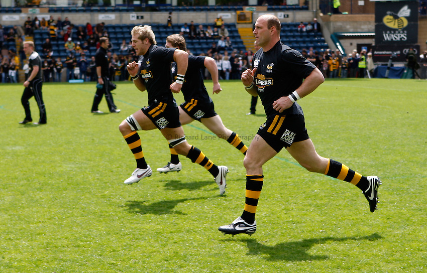 Photo: Richard Lane/Richard Lane Photography. .London Wasps v Bath Rugby. Guinness Premiership. 18/05/2008. Wasps' James Haskell and Lawrence Dallaglio warm up.
