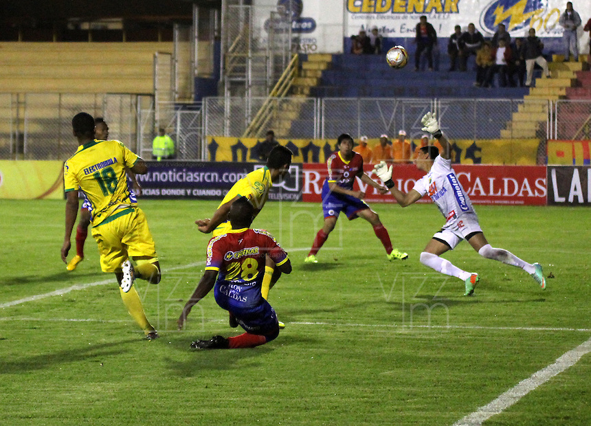 PASTO - COLOMBIA -29-10-2015: Oscar Briceño (Izq.) jugador de Deportivo Pasto disputa el balón con Jhonny Da Silva (Der.) portero de Atletico Huila,durante partido Deportivo Pasto y Atletico Huila,por la fecha 17 de la Liga Aguila II 2015, jugado en el estadio Libertad de la ciudad de Pasto.  / Oscar Briceño (L) player of Deportivo Pasto fights for the ball with Jhonny Da Silva (R) player of Atletico Huila,during a match Deportivo Pasto and Atletico Huila,for the date 17 of the Liga Aguila II 2015 at the Libertad stadium in Pasto city. Photo: VizzorImage. / Leonardo Castro / Cont.