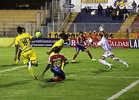 PASTO - COLOMBIA -29-10-2015: Oscar Briceño (Izq.) jugador de Deportivo Pasto disputa el balón con Jhonny Da Silva (Der.) portero de Atletico Huila,durante partido Deportivo Pasto y Atletico Huila,por la fecha 17 de la Liga Aguila II 2015, jugado en el estadio Libertad de la ciudad de Pasto.  / Oscar Briceño (L) player of Deportivo Pasto fights for the ball with Jhonny Da Silva (R) player of Atletico Huila,during a match Deportivo Pasto and Atletico Huila,for the date 17 of the Liga Aguila II 2015 at the Libertad stadium in Pasto city. Photo: VizzorImage. / Leonardo Castro / Cont.
