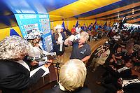 SKÛTSJESILEN: GROU: 17-07-2015, Traditionele loting voor de wedstrijden bij De Veenhoop en Earnewâld, Auke de Groot (Stavoren) trekt zijn lootje nummer één op De Veenhoop, ©foto Martin de Jong