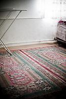 Loin du tumulte des rues, la sérénité d'un appartement, la douceur et la bienveillance de Monsieur Kaya. Monsieur Kaya est à la retraite. Il vit avec sa femme dans un appartement de la ville nouvelle de Mardin. C'est un ancien câdre du BDP. Il est Kurde et sa femme est d'origine arabe. Elle est très pratiquante alors que lui n'est pas croyant. Elle est infirmière. Elle vient de partir faire son pélerinage à La Mecque. Monsieur Kaya est seul, l'appartement est silencieux, il peut fumer à l'intérieur. Madame Kaya sera absente un mois. Cette intimité qui clôt ce reportage c'est le contre-point de ce qui précède. Bienque madame Kaya ne soit pas pas là physiquement, cet espace intime est plein de sa présence. Passé l'euphorie des premiers jours et l'autorisation de fumer à l'intérieur, et bien, elle lui manque...
