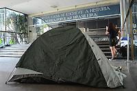 RIO DE JANEIRO, RJ, 25 JULHO 2012 - OCUPACAO DO CANECAO- Na noite de terca dia 24 alunos da UFRJ ocupam o CANECAO, local que foi palco de grandes eventos culturais e que hoje esta desativado, o terreno pertence a universidade e os alunos querem revitaliza-lo, em Botafogo, zona sul do rio.(FOTO: MARCELO FONSECA / BRAZIL PHOTO PRESS).