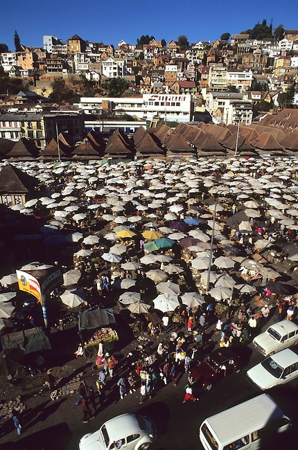 Le Zoma, le plus grand marche du monde a Antananarivo. *** Zoma is the biggest market of the world, Antananarivo.