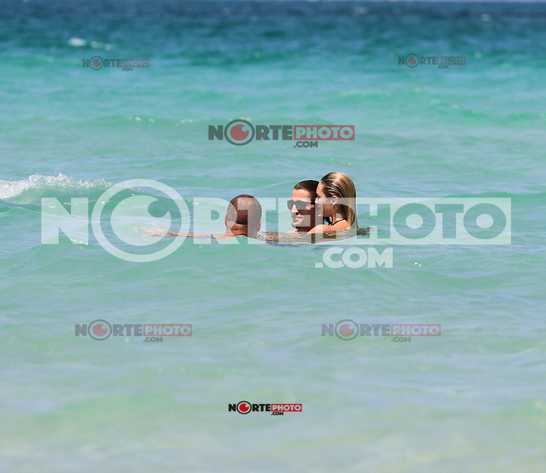 MRPIXX.COM - .MIAMI BEACH, FLORIDA.Candice Swanepoel and boyfriend in MIAMI vacations time.NON EXCLUSIVE BY MRPIXX.COM