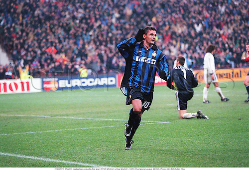 ROBERTO BAGGIO celebrates scoring his first goal, INTER MILAN 3 v Real Madrid 1, UEFA Champions League, 981125. Photo: Glyn Kirk/Action Plus<br /> <br /> <br /> 1998<br /> football<br /> soccer<br /> Celebrations <br /> Joy<br /> celebrate<br /> celebration<br /> celebrating<br /> association<br /> club clubs