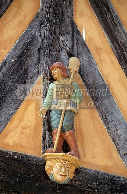 Europe/France/Bretagne/Ille et Vilaine/Rennes: Détail figurine représentant un boulanger sur un vieil hotel au 8 rue de la Psalette