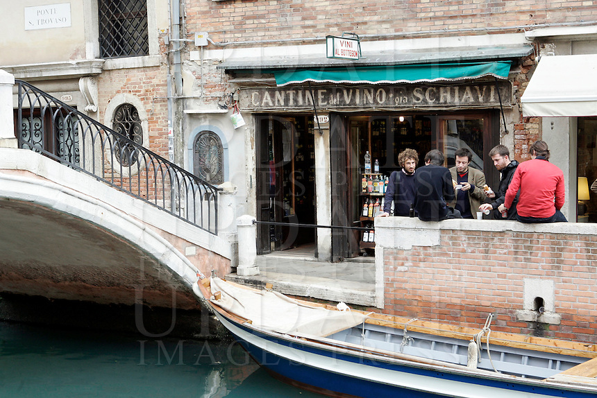 Spuntino all'esterno delle Cantine del Vino Gia' Schiavi a Venezia.<br /> People eat and drink outside the Cantine del Vino gia' Schiavi in Venice.<br /> UPDATE IMAGES PRESS/Riccardo De Luca