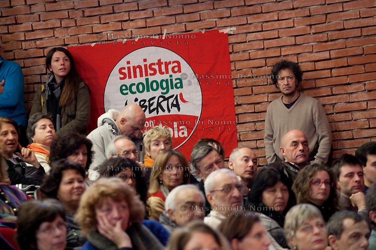 Milano: sostenitori di SEL ascoltano il discorso di Nichi Vendola in visita a Milano per la campagna elettorale per le politiche 2013