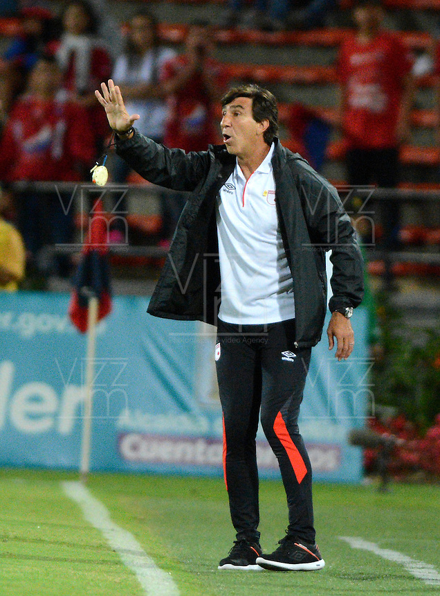 MEDELLIN - COLOMBIA - 21 - 01 -2017: Gustavo Costas, tecnico de Independiente Santa Fe, da instrucciones a los jugadores durante partido de ida entre Deportivo Independiente Medellin y el Independiente Santa Fe, por la SuperLiga Aguila 2017 en el estadio Atanasio Girardot de la ciudad de Medellin. / Gustavo Costas, coach of Independiente Santa Fe, gives instructions to the players during a match for the first round between Deportivo Independiente Medellin and Independiente Santa Fe, for the SuperLiga Aguila 2017 at the Atanasio Girardot stadium in Medellin city. Photo: VizzorImage /  Leon Monsalve / Cont.