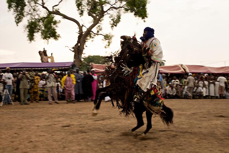 The Gaani festival: the horsemen and their horses make the show for an enthousiastic crowd. Here, Gotesani Bokari, aka Abou Ababori, and his horse. After a courbette.<br />  <br /> La f&ecirc;te de la Gaani: les cavaliers et leurs chevaux montrent leurs talents &agrave; un public enthousiaste. Ici, Gotesani Bokari, que l'on appele aussi Abou Ababori, et son cheval. Descente d'une courbette.