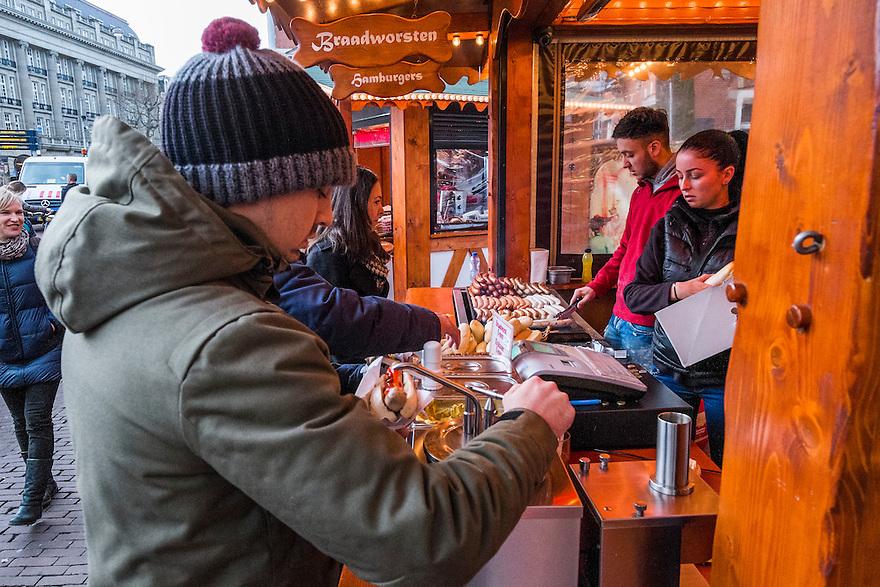 Nederland, Amsterdam, 13 dec 2014<br /> Op het leidseplein is een kleine kerstmarkt verrezen en daar hoort tegenwoordig een kraam met echte duitse braadworst bij. <br /> Foto: (c) Michiel Wijnbergh