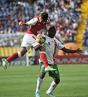 BOGOTA - COLOMBIA-27-04-2013: Juan Roa (Izq.) jugador del Independiente Santa Fe disputa el balón con Carlos Preciado (Der.) de Envigado F.C., durante partido en el estadio Nemesio Camacho El Campin de la ciudad de Bogota, abril 27 de 2013. Independiente Santa Fe y Envigado F.C. durante partido por la decimotercera fecha de la Liga Postobon I. (Foto: VizzorImage / Luis Ramirez / Staff).  Juan Roa (L) player of Independiente Santa Fe fights for the ball with Carlos Preciado (R) of Envigado F.C. during game in the Nemesio Camacho El Campin stadium in Bogota City, April 27, 2013. Independiente Santa Fe and Envigado F.C. in a match for the thirteenth round of the Postobon League I. (Photo: VizzorImage / Luis Ramirez / Staff).