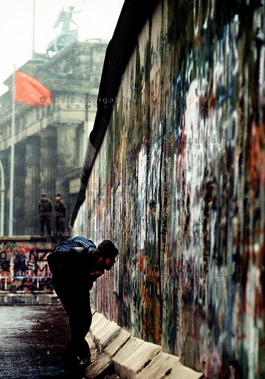 BERLINO / GERMANIA - NOVEMBRE 1989.IL MURO DI BERLINO NEI PRESSI DELLA PORTA DI BRANDEBURGO..FOTO LIVIO SENIGALLIESI..BERLIN / GERMANY - NOVEMBER 1989.BERLIN WALL NEAR BRANDEBURG TOWER..PHOTO BY LIVIO SENIGALLIESI.