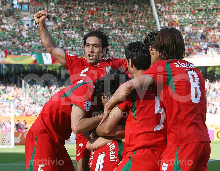 Fussball WM 2006  Gruppenspiel  Vorrunde 1  Gruppe D Mexiko - Iran JUBEL IRN, Mehdi Mahdavikia (oben,li)