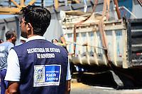 RIO DE JANEIRO, RJ, 28.01.2014 - RETIRADA DE PASSARELA / ACIDENTE / LINHA AMARELA / RJ- Movimentação de retirada da passarela que cai na Lnha Amarela após colisão de um caminhão e retirada também da caçamba que ocasionou o acidente, na manhã desta terça-feira (28), na Linha Amarela, zona norte do Rio de Janeiro. (Foto: Marcelo Fonseca / Brazil Photo Press).