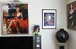 """Foto: VidiPhoto<br /> <br /> NORDHORN – Een belangrijk deel van de schilderijen die Larisa Pierik voor Russische kunstenaars op de Nederlandse markt aan de man brengt, is opgeslagen in haar woning in het Duitse Nordhorn. De 43-jarige kunstdocent uit St. Petersburg is sinds enkele jaren commissionair in Nederland voor de beste Russische kunstenaars die hun opleiding hebben gehad aan de wereldberoemde kunstacademie in Sint Petersburg. In Rusland is de zogenoemde """"Old Duch School"""" enorm populair."""