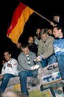 Berlino, 9 Novembre, 1989. Giovani Tedeschi durante le manifestazioni che hanno portato alla caduta del muro di Berlino..Ph. Antonello Nusca/Buenavista photo