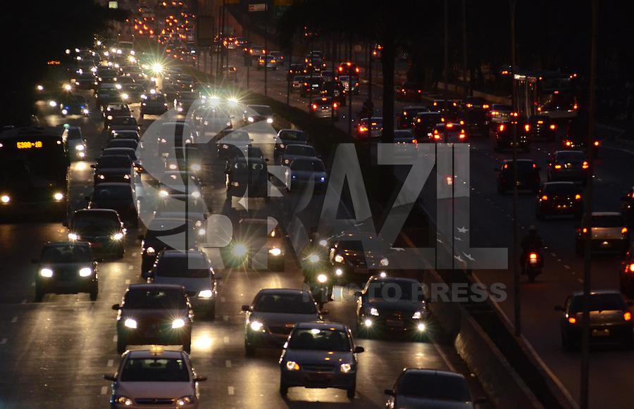 SAO PAULO, 03 DE AGOSTO DE 2012 - TRANSITO SP - Transito na Avenida 23 de Maio nos dois sentidos, altura do Paraiso, no fim da tarde desta sexta segunda, regiao central da capital. FOTO: ALEXANDRE MOREIRA - BRAZIL PHOTO PRESS