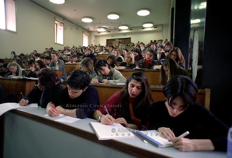 MILANO: UNIVERSITA' STATALE, studenti durante una lezione.MILAN: STATALE UNIVERSITY, students attending a lesson.