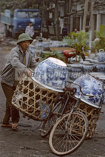 Asie/Vietnam/Mao Khe: Transport des poteries sur un vélo devant la fabrique de faience