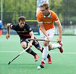BLOEMENDAAL   - Hockey - Floris Wortelboer (Bldaal) met Caspar van Dijk (A'dam) .   3e en beslissende  wedstrijd halve finale Play Offs heren. Bloemendaal-Amsterdam (0-3).     Amsterdam plaats zich voor de finale.  COPYRIGHT KOEN SUYK