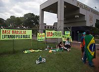 BRASILIA, DF, 25.11.2015 - DELCÍDIO-PF - Manifestação em frente à Superintendência da Polícia Federal, onde está preso o senador Delcídio Amaral, nesta quarta-feira, 25. (Foto:Ed Ferreira / Brazil Photo Press)