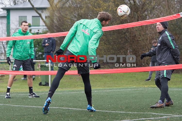 25.03.2016, Trainingsgelaende, Bremen, GER, 1.FBL, Training Werder Bremen<br /> <br /> im Bild<br /> Lukas Fr&ouml;de / Froede (Bremen #39), Felix Wiedwald (Bremen #42), J&ouml;rn / Joern Heineke (Athletiktrainer Werder Bremen), <br /> <br /> Foto &copy; nordphoto / Ewert
