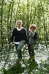 Kobarid - Hiša Franko. Ana Ros con Noris Cunaccia nel bosco a raccogliere erbe selvatiche che utilizza per cucinare