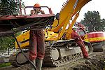 UTRECHT - In Utrecht plaatsen medewerkers van De Klerk langs het Amsterdam-Rijnkanaal ankers voor de nieuwe verstevigde meerplaatsen voor het scheepvaartverkeer. In opdracht van Rijkswaterstaat worden tot 2018 langs het hele kanaal tussen Amsterdam en Utrecht diverse slechte stukken oevers vervangen, damwanden vernieuwd en meerplaatsen opgeknapt. Op deze locatie langs de het Kanaleneiland bleken de bolders aan vervanging toe te zijn, zodat de kade over ruim een kilometer lengte verstevigd wordt. De komende jaren wordt minstens 120 kilometer damwand opgeknapt. COPYRIGHT TON BORSBOOM..