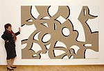Roma, 1993, Carla Accardi nella sua casa mostra una sua opera; Rome, 1993, Carla Accardi in her house shows one of her work © Fulvia Farassino