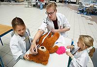 Nederland Amsterdam 2017 . Teddy Bear Hospital in het AMC ziekenhuis. ( Foto mag niet in negatieve context gebruikt worden ). Teddy Bear Hospital (TBH) is één van de grootste projecten van IFMSA-NL. Het TBH is een rollenspel. Dat houdt in dat kleuters van vier t/m zes jaar hun beer of een andere knuffel meenemen naar een nagebootst ziekenhuis. Geneeskundestudenten spelen voor arts en behandelen de knuffels. Het doel van Teddy Bear Hospital is om kinderen op een speelse manier kennis te laten maken met de gezondheidszorg, om zo de angst voor dokters en het ziek-zijn enigszins weg te nemen. Bovendien leert het medische studenten om te gaan met kinderen en trainen ze hun communicatieve vaardigheden . ( Met behulp van Photoshop is een stukje papier van de grond verwijderd. )  Foto Berlinda van Dam / Hollandse Hoogte