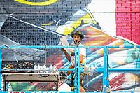 NOVA YORK, EUA, 01.09.2018 - EDUARDO-KOBRA - O muralista brasileiro, Eduardo Kobra é visto pintando um muro em homenagem ao Corpo de Bombeiros que trabalhou no resgaste as vitimas dos ataques de 11 de setembro.  em Manhattan. (Foto: Vanessa Carvalho/Brazil Photo Press)