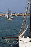 Europe/France/Aquitaine/33/Gironde/Bordeaux: Navigation à voile sur la Garonne en fond le pont de pierre lors de la fête du fleuve