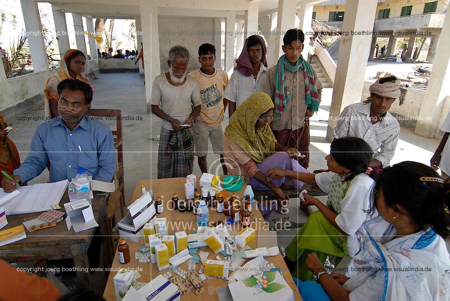 BANGLADESH, cyclone Sidr and high tide destroy villages in Southkhali in District Bagerhat , medical care in flood shelter / BANGLADESCH, der Wirbelsturm Zyklon Sidr und eine Sturmflut zerstoeren Doerfer im Kuestengebiet von Southkhali , medizinische Versorgung in einem Flutschutzhaus