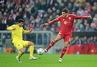 FUSSBALL   CHAMPIONS LEAGUE   SAISON 2011/2012     22.11.2011 FC Bayern Muenchen - FC Villarreal Mario Gomez (re, FC Bayern Muenchen) gegen Mateo Musacchio (Villarreal CF)
