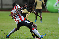 ITAGÜI - COLOMBIA -27-04-2014: Edison Palomino (Der.) jugador de Itagüi disputa el balón con Jossimar Gomez (Izq.) jugador de Atletico Junior durante partido de ida Itagüi y Atletico Junior por los cuartos de final de la Liga Postobon I 2014 en el estadio Ditaires de la ciudad de Itagüi. / Edison Palomino (R) player of Itagüi fights for the ball with Jossimar Gomez (L) player of Atletico Junior during a match for the first round Itagüi and Atletico Junior for the quarter of finals of the Liga Postobon I 2014 at the Ditaires stadium in Itagüi city. Photo: VizzorImage / Luis Rios / Str.
