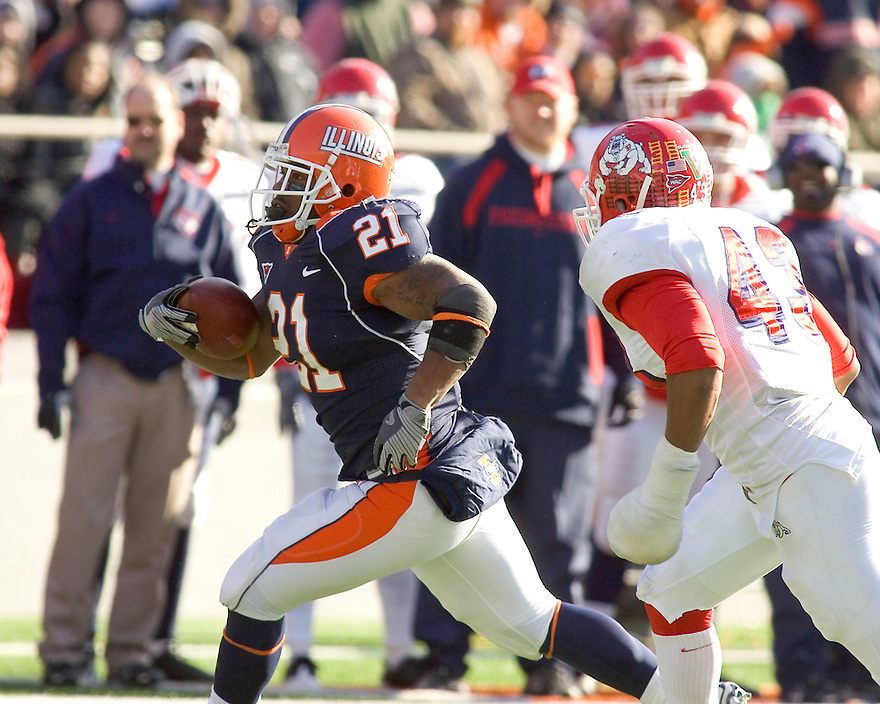 December 5, 2009 - Champaign, Illinois, USA -  Illinois running back Jason Ford (21) carries the ball in the game between the University of Illinois and Fresno State at Memorial Stadium in Champaign, Illinois.  Fresno State defeated Illinois 53 to 52..