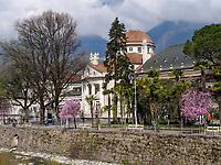 Kurhaus und Kurpromenade in Meran, Meran-Merano, Bozen &ndash; S&uuml;dtirol, Italien<br /> Spa building and spa promenade, Meran-Merano, province Bozen-South Tyrol, Italy