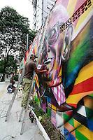 ATENÇÃO EDITOR: FOTO EMBARGADA PARA VEÍCULOS INTERNACIONAIS. SAO PAULO, SP, 09 DE DEZEMBRO DE 2012. CENTENARIO DO NASCIMENTO DO ATOR/COMPOSITOR MARIO LAGO.  O artista plástico Eduardo Kobra e sua equipe durante a confecção do mural em homenagem ao centenario de nascimento do cantor, ator e compositor Mario Lago na tarde deste domingo na Praça Benedicto Calixto em Pinheiros, zona sul da capital paulista. FOTO ADRIANA SPACA - BRAZIL PHOTO PRESS