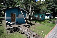 Vila Progresso.<br /> <br /> Com a criação da Convenção sobre Diversidade Biológica - CDB -  tratado da Organização das Nações Unidas,  e a ratificação do protocolo de Nagoia em  2010,   se inicia um processo de organização para os  Povos e Comunidades Tradicionais em  busca de maior  qualidade de vida não apenas na Amazônia, mas em todo  mundo. <br /> <br /> Assim, em dezembro de 2013 a Rede Grupo de Trabalho Amazônico – GTA, em parceria com a Regional GTA/Amapá, o Conselho Comunitário do Bailique, Colônia de Pescadores Z-5, IEF, CGEN/DPG/SBF/MMA, juntamente com 36 comunidades do Arquipélago do Bailique, inicia o processo de criação do primeiro protocolo comunitário na Amazônia, instrumento que regula relações comerciais amparado por leis ambientais, estabelecendo o mercado justo, proteção da biodversidade,  entre outros . <br /> <br /> Desta forma, após dezenas de encontros, debates e oficinas,  as Comunidades Tradicionais do Bailique, articuladas pelo GTA,  se reuniram durante os dias 26, 27 e 28 de fevereiro, onde os moradores, em assembléia geral ordinária, definiram sua personalidade jurídica   criando uma associação para atuação comercial, votando seu estatuto e estabelecendo os diversos grupos de trabalho necessários para a gestão do Protocolo Comunitário.<br /> <br /> O encontro na comunidade São João Batista no furo do macaco(igarapé que dá acesso a vila), foz do Amazonas, recebeu cerca de 100 lideranças de 28 comunidades  nestes dias , que chegavam de barcos e canoas acompanhados por suas famílias<br /> <br /> Durante o debate,  representantes  do Ministério do Meio Ambiente, Ministério Público Federal, Fundação Getúlio Vargas, Embrapa e Conab esclareciam dúvidas e indicavam caminhos para fortalecer o primeiro protocolo comunitário na Amazônia.<br /> Arquipélago do Bailique, Vila Progresso, Macapá, Amapá, Brasil.<br /> Foto Paulo Santos