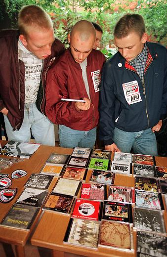 Mit grossem Personalaufwand von Westkadern fuehrte die NPD einen sogenannten Schwerpunktwahlkampf zur Landtagswahl im Oktober 1998 in Mecklenburg-Vorpommern, da sie sich hier, neben dem Bundesland Sachsen die besten Chancen f&uuml;r einen Einzug in das Landesparlament ausrechnete. Sie blieb jedoch weit unter der Fuenf-Prozent-Huerde.<br /> Hier: Jugendliche Skinheads decken sich am Rande der Wahlkampfveranstaltung in einem Chinarestaurant im Plattenbauviertel Rostock-Schmarl mit Musik-CD's ein. Im Angebot sind CD's von Stoerkraft, Kraft durch Froide, Boehse Onkelz und Skrewdriver.<br /> 5.8.1998, Rostock<br /> Copyright: Christian-Ditsch.de<br /> [Inhaltsveraendernde Manipulation des Fotos nur nach ausdruecklicher Genehmigung des Fotografen. Vereinbarungen ueber Abtretung von Persoenlichkeitsrechten/Model Release der abgebildeten Person/Personen liegen nicht vor. NO MODEL RELEASE! Nur fuer Redaktionelle Zwecke. Don't publish without copyright Christian-Ditsch.de, Veroeffentlichung nur mit Fotografennennung, sowie gegen Honorar, MwSt. und Beleg. Konto: I N G - D i B a, IBAN DE58500105175400192269, BIC INGDDEFFXXX, Kontakt: post@christian-ditsch.de<br /> Bei der Bearbeitung der Dateiinformationen darf die Urheberkennzeichnung in den EXIF- und  IPTC-Daten nicht entfernt werden, diese sind in digitalen Medien nach &sect;95c UrhG rechtlich geschuetzt. Der Urhebervermerk wird gemaess &sect;13 UrhG verlangt.]