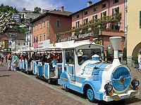 CHE, Schweiz, Tessin, Ascona am Lago Maggiore: auf der Promenade reihen sich Cafes und Restaurants aneinander - Start der Stadtrundfahrt mit dem Bummelzug | CHE, Switzerland, Ticino, Ascona at Lago Maggiore: cafes and restaurants at the promenade - start of sightseeing tour with the train
