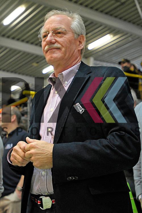 GER - Luebeck, Germany, February 06: Before the 1. Bundesliga Damen indoor hockey semi final match at the Final 4 between Rot-Weiss Koeln (white) and Mannheimer HC (blue) on February 6, 2016 at Hansehalle Luebeck in Luebeck, Germany.  Praesident des Deutschen Hockeybundes Wolfgang Hillmann<br /> <br /> Foto &copy; PIX-Sportfotos *** Foto ist honorarpflichtig! *** Auf Anfrage in hoeherer Qualitaet/Aufloesung. Belegexemplar erbeten. Veroeffentlichung ausschliesslich fuer journalistisch-publizistische Zwecke. For editorial use only.