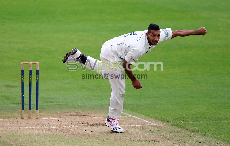 PICTURE BY VAUGHN RIDLEY/SWPIX.COM - Cricket - County Championship - Yorkshire v Kent, Day 3 - Headingley, Leeds, England - 15/09/10...Copyright - Simon Wilkinson - 07811267706...Yorkshire's Ajmal Shahzad bowls.