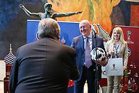 NOVA YORK, EUA, 01.06.2018 - ONU-RUSSIA - O embaixador da Russia na Onu Vasily Nebenzya e o secretário geral António Guterres durante evento de apresentação da Copa do Mundo de 2018 na sede das Nações Unidas em Nova York nesta sexta-feira, 01. (Foto: William Volcov/Brazil Photo Press)