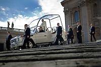 Papa Francesco lascia Piazza San Pietro al termine della udienza generale., scortato dagli uomini della sicurezza. Pope Francis leaves St. Peter Square after the general audience, escorted by men of security.